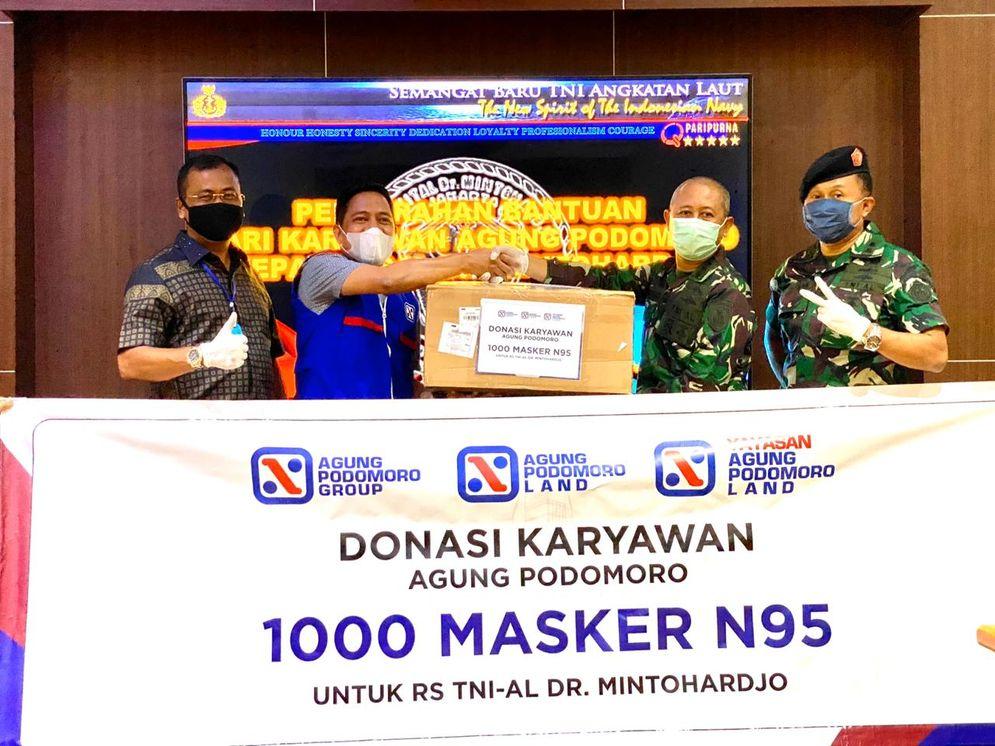 Yayasan Agung Podomoro Land diwakili oleh manajemen Yayasan memberikan 1.000 masker N095 kepada Kepala Departemen Farmasi RSAL Mintohardjo Kolonel Laut Azhari mewakili pihak RS Mintohardjo yang berlokasi di Bendungan Hilir, Jakarta Pusat./ Dok. Agung Podomoro Land\n