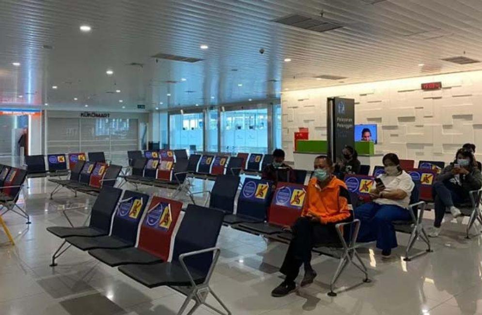 Sejumlah calon penumpang menunggu di ruang tunggu Bandara Internasional Jenderal Ahmad Yani Semarang/Angkasa Pura I \n