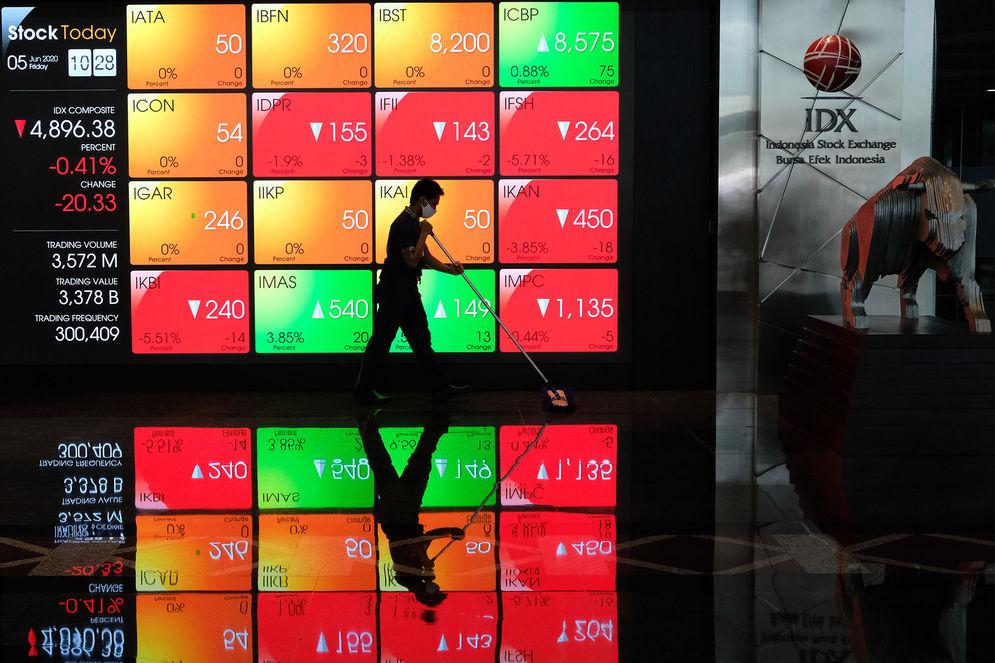 Pekerja beraktifitas dengan latar belakang layar monitor pergerakan Indeks Harga Saham Gabungan (IHSG) di Bursa Efek Indonesia, Jakarta, Jumat 5 Juni 2020. IHSG ditutup menguat 0,63% atau 31,08 poin ke level 4.947,78 pada akhir perdagangan. Foto: Ismail Pohan/TrenAsia\n