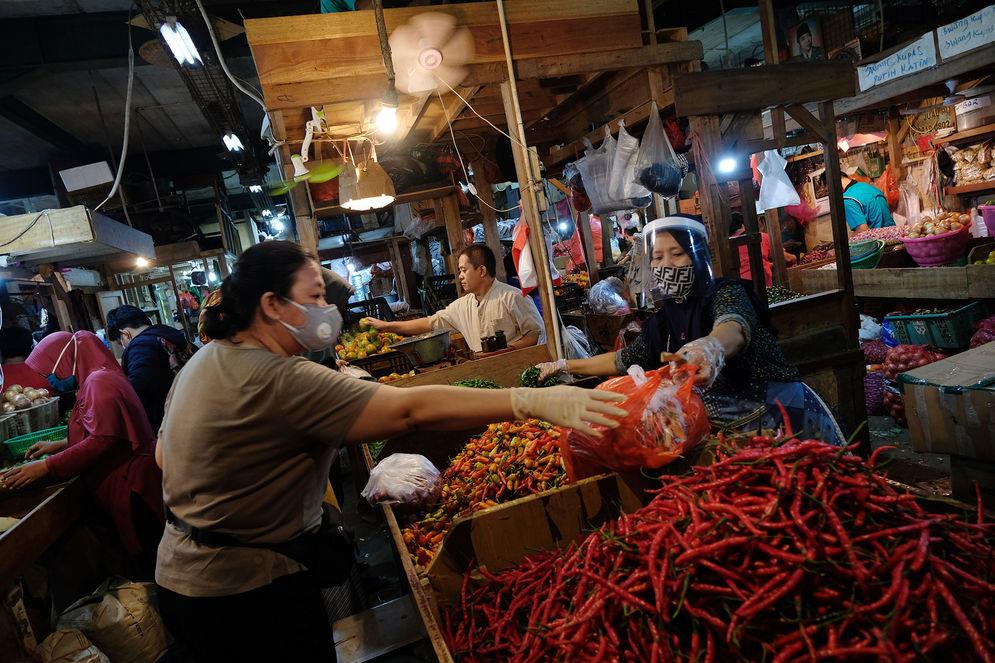 Pemerintah Provinsi (Pemprov) DKI Jakarta membebaskan biaya retribusi maupun sanksi administratif untuk pedagang. Foto: Ismail Pohan/TrenAsia\n