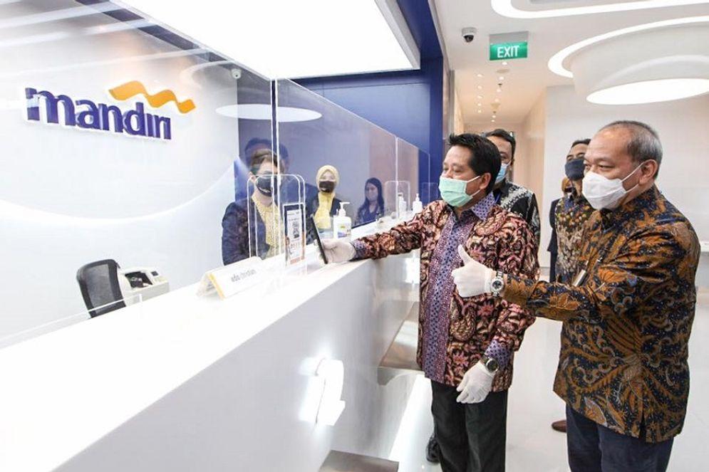 Wakil Direktur Utama Bank Mandiri Hery Gunardi saat mencoba fasilitas serba digital di Kantor Cabang Bank Mandiri Menara Astra. / Facebook @bankmandiri\n