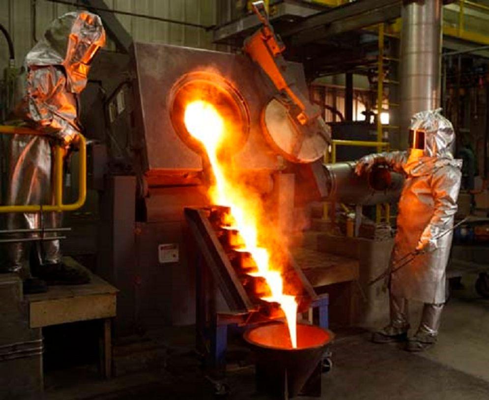 Proses pemurnian emas di smelter. / Foto: Khushie Singh-Columbia.edu\n