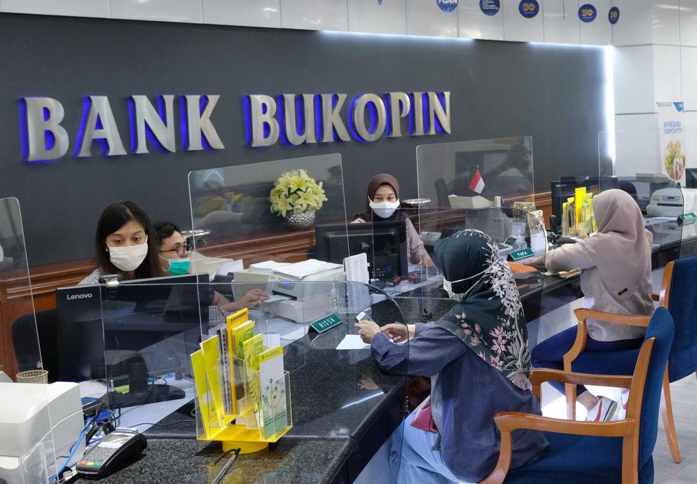 Suasana pelayanan nasabah di Kantor Pusat Bank Bukopin di Jalan MT Haryono, Pancoran, Jakarta, Jumat, 3 Juni 2020. Pemegang saham terbesar kedua PT Bank Bukopin Tbk. , KB Kookmin Bank berencana menjadi pemegang saham mayoritas dengan membidik 51% saham perseroan. Untuk bisa mengenggam 51 persen saham, Kookmin Bank akan meningkatkan porsi dari 22 persen ke 26 persen dalam Penawaran Umum Terbatas (PUT) V Bank Bukopin tahun ini. Foto: Ismail Pohan/TrenAsia\n