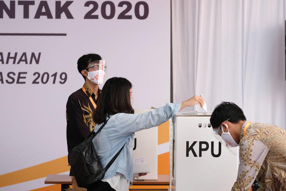 Pegawai Komisi Pemilihan Umum (KPU) mengikuti simulasi pemungutan suara pemilihan serentak 2020 di Jakarta, Rabu, 22 Juli 2020. Simulasi tersebut digelar untuk memberikan edukasi kepada masyarakat terkait proses pemungutan dan penghitungan suara Pilkada serentak 2020 yang akan dilaksanakan pada 9 Desember 2020 dengan menerapkan protokol kesehatan COVID-19. Foto: Ismail Pohan/TrenAsia\n