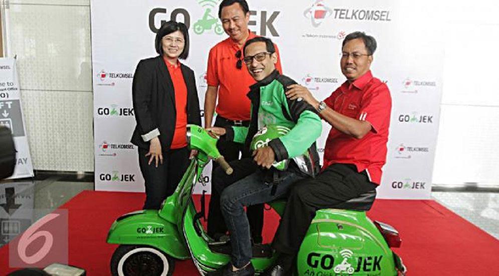 Direktur Sales Telkomsel Mas'ud Khamid (paling tengah), Presiden Direktur Tiphone Mobile Indonesia Tan Lie Pin (paling kiri) dan CEO GO-JEK Nadiem Anwar Makarim (paling kanan), saat peluncuran Go Pulsa, pembelian pulsa melalui driver Gojek pada Februari 2016. / Tiphone.co.id\n