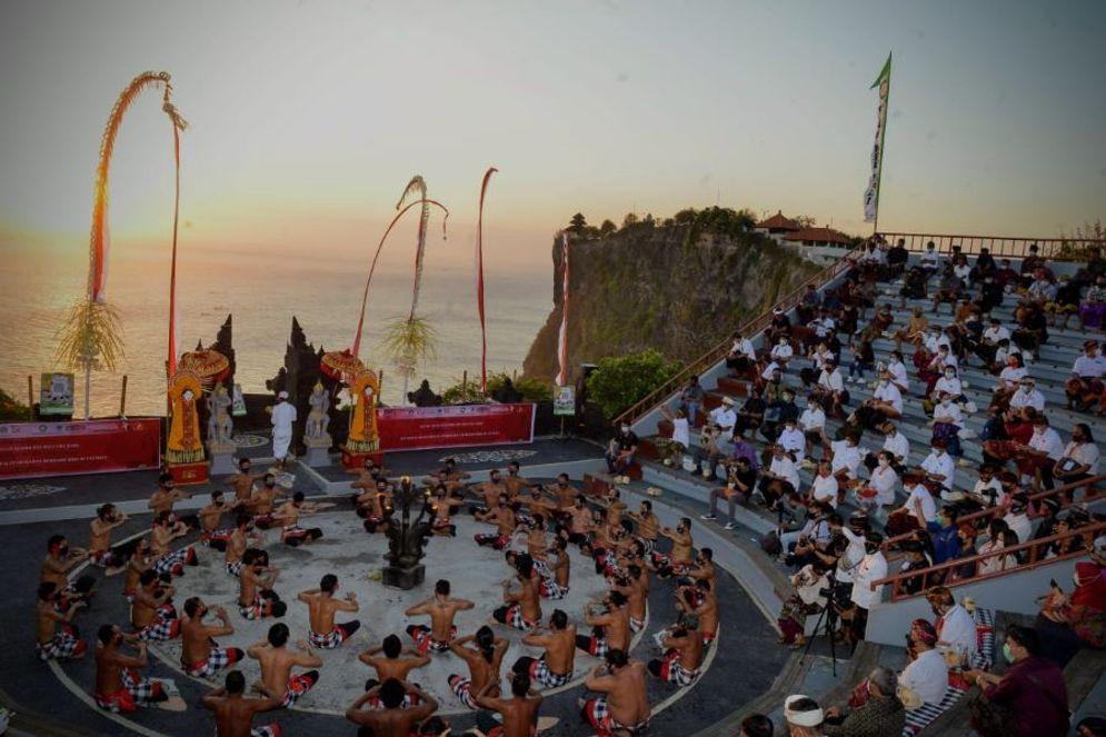 Salah satu destinasi wisata di kawasan luar Pura Uluwatu, Bali. / Dok. Kemenparekraf\n