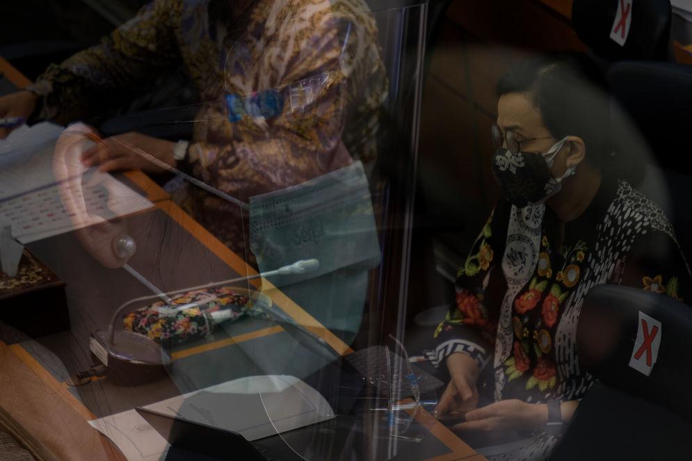 Menteri Keuangan, Sri Mulyani Indrawati (kanan) mengikuti rapat kerja dengan Badan Anggaran DPR di komplek Parlemen, Senayan, Jakarta, Senin, 7 September 2020. Rapat kerja tersebut membahas Laporan dan Pengesahan hasil Panja Pembahasan RUU Pertanggungjawaban atas Pelaksanaan (P2) APBN TA 2019. Foto: Ismail Pohan/TrenAsia\n