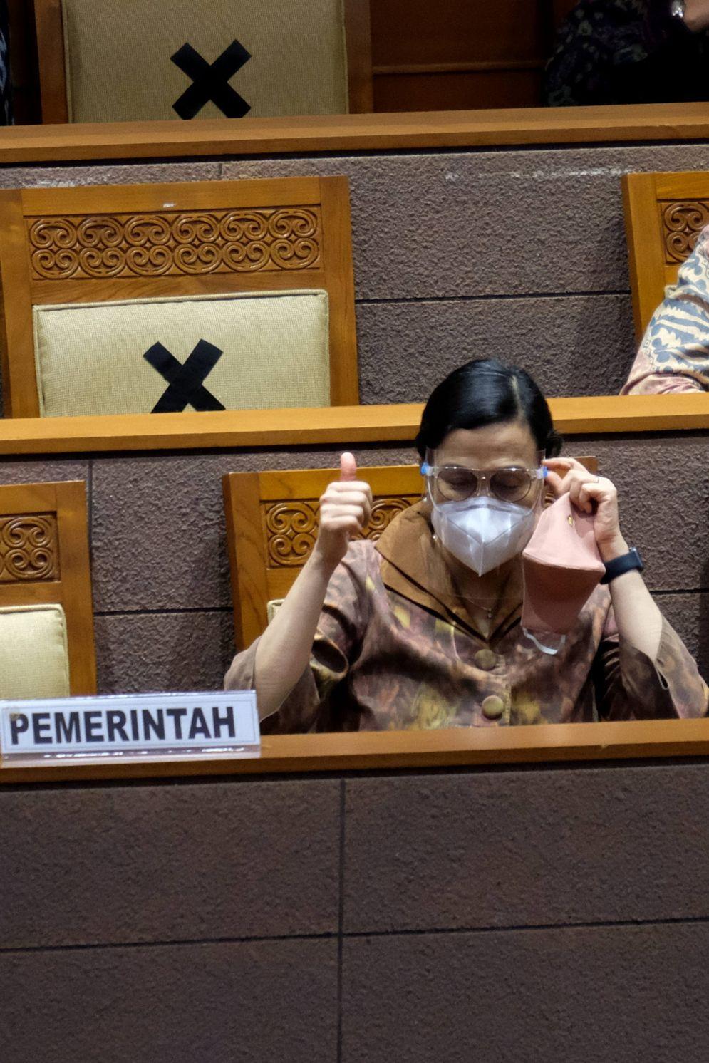 Menteri Keuangan Sri Mulyani hadir dalam Rapat Paripurna DPR di Kompleks Parlemen, Senayan, Jakarta, Selasa, 29 September 2020. Dalam Rapat Paripurna itu DPR menyetujui RUU APBN Tahun Anggaran 2021 dan RUU Bea Materai menjadi Undang-Undang serta menetapkan perpanjangan waktu pembahasan RUU Perlindungan Data Pribadi. Foto: Ismail Pohan/TrenAsia\n