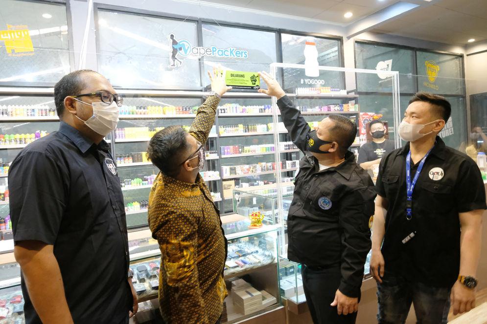 "Ketua Dewan Pimpinan Pusat Generasi Anti Narkoba Indonesia (GANI), Djoddy Prasetio Widyawan (kedua kanan), Ketua KABAR dan Pengamat Hukum, Ariyo Bimmo (kedua kiri), Sekretaris Umum Personal Vaporizer Indonesia (APVI) Garindra Kartasasmita (kiri) dan Anggota APVI, Rhomedal (kanan) memasang stiker himbauan di toko Vapepackers, Jakarta, Rabu, 9 September 2020. Kegiatan ini merupakan sosialisasi mengenai bahaya penyalahgunaan narkoba pada produk tembakau alternatif atau rokok elektrik melalui gerakan sosial bertajuk ""Gerakan Pencegahan Penyalahgunaan Rokok Elektrik (GEPPREK)"" yang juga telah dilakukan di Denpasar, Bali, dan Bandung, Jawa Barat. Foto: Ismail Pohan/TrenAsia\n"