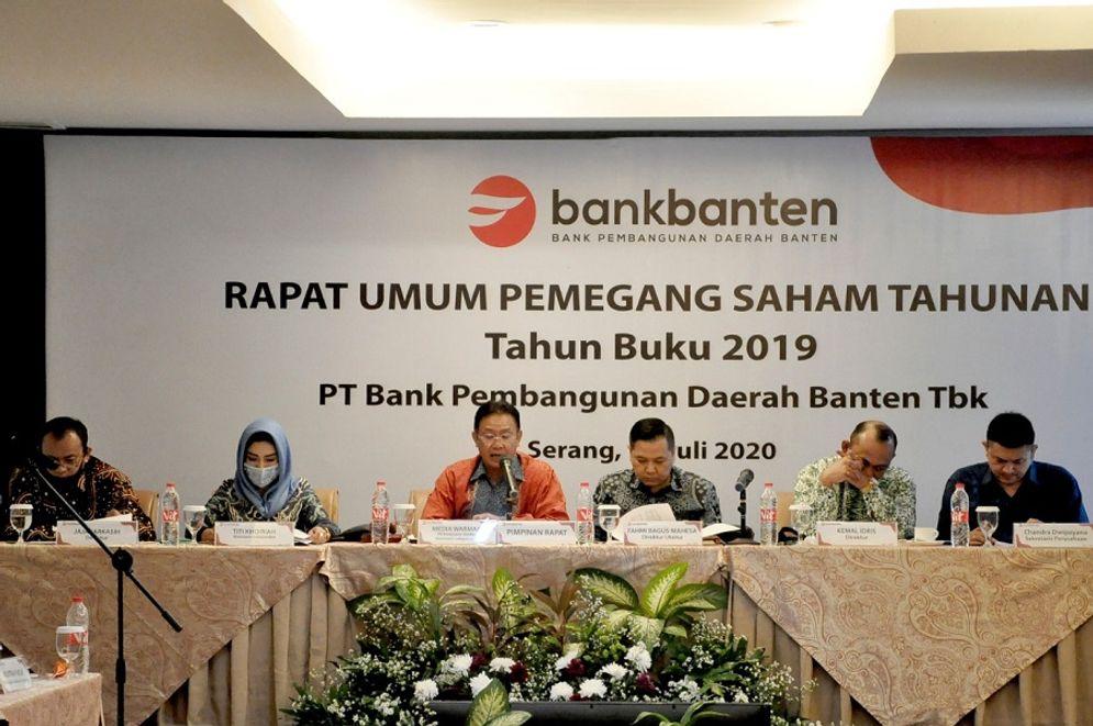 ank Banten gelar Rapat Umum Pemegang Saham Tahunan (RUPST) tahun buku 2019 di Serang (17/7). (Kiri-kanan) Direksi Bank Banten Jaja Jarkasih (kiri), Komisaris Independen Titi Khoiriah (kedua kiri), Plt. Komisaris Utama Bank Banten Media Warman (ketiga kiri), Direktur Utama Bank Banten Fahmi Bagus Mahesa (ketiga kanan), Direksi Bank Banten Kemal Idris (kedua kanan), Sekretaris Perusahaan Bank Banten Chandra Dwipayana (kanan). / Bankbanten.co.id\n