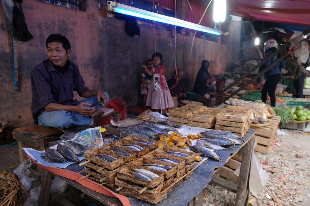 Suasana kios pedagang di Pasar Kebayoran Lama, Jakarta, Selasa, 6 Oktober 2020. Jika pandemi tak bisa dikendalikan yang salah satunya dilihat dari indikator positive rate di bawah 5%, masyarakat, khususnya kelas menengah akan enggan membelanjakan uangnya, karena khawatir terinfeksi. Inilah yang menjadi penyebab, meski reaktivasi ekonomi sudah dilakukan pada Juni 2020 lalu, tetapi kinerja daya beli tetap melorot. Foto: Ismail Pohan/TrenAsia\n