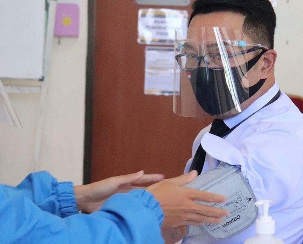 Gubernur Jawa Barat Ridwan Kamil saat menjadi relawan uji klinis fase 3 vaksin COVID-19 buatan Sinovac pada Agustus 2020 / Facebook @mochamadridwankamil\n