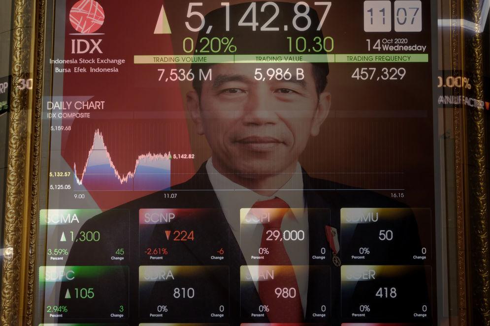 Layar pergerakan Indek Harga Saham Gabungan (IHSG) di Gedung Bursa Efek Indonesia (BEI), Jakarta, Rabu, 14 Oktober 2020. Indeks Harga Saham Gabungan (IHSG) mampu bertahan di atas 5.000 dan parkir di zona hijau dengan menguat 0,85 persen ke level 5.176,099 pada akhir sesi. Sebanyak 213 saham menguat, 217 terkoreksi, dan 161 stagnan, IHSG mengalami penguatan seiring dengan sentimen Omnibus Law dan langkah Bank Indonesia untuk pemulihan ekonomi. Selain itu, rencana merger bank BUMN syariah turut mendorong saham-saham perbankan lainnya, dan mengisi jajarantop gainershari ini. Foto: Ismail Pohan/TrenAsia\n
