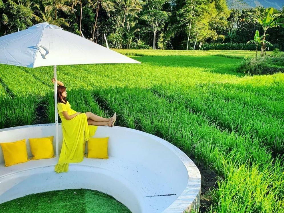 Tempat berfoto di kawasan wisata Svargabumi. Menjadikan lingkungan di sekitar Candi Borobudur sebagai daya tarik pariwisata. / Foto: Instagram Svargabumi\n