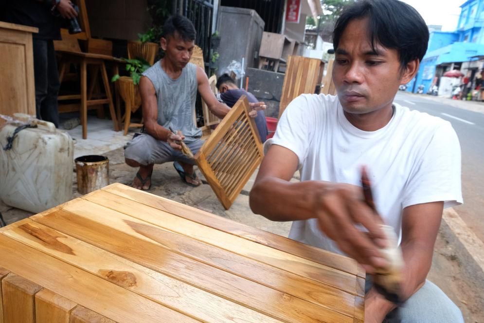 Pekerja menyelesaikan pembuatan produk mebel di workshop furniture kawasan Kemang Utara, Jakarta, Kamis, 26 November 2020. Foto: Ismail Pohan/TrenAsia\n
