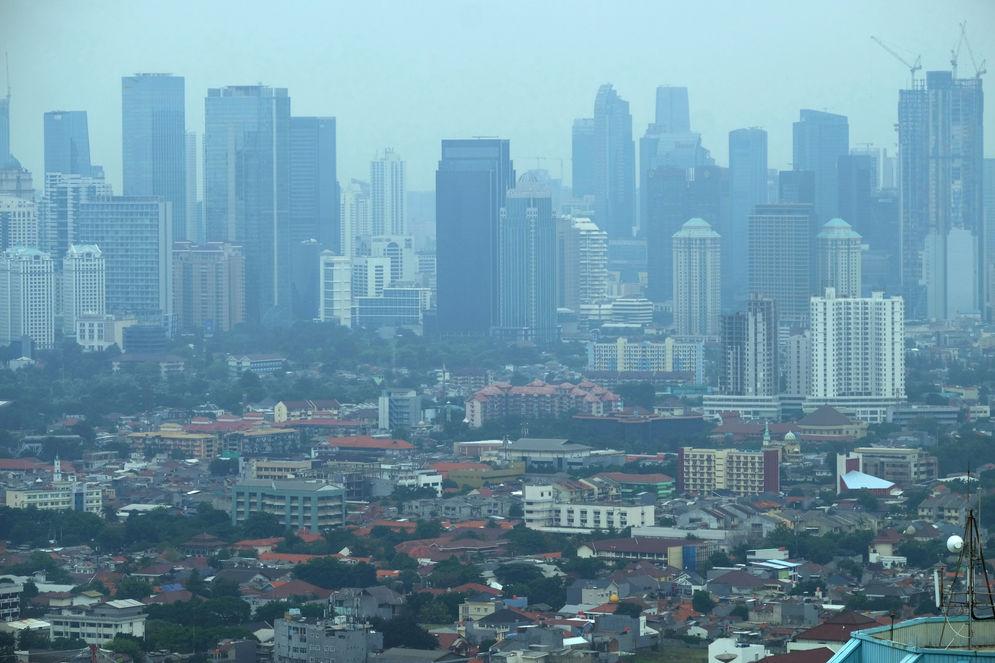 Lanskap pemukiman dan gedung pencakar langit diambil dari kawasan Grogol, Jakarta, Kamis, 5 November 2020. Foto: Ismail Pohan/TrenAsia\n