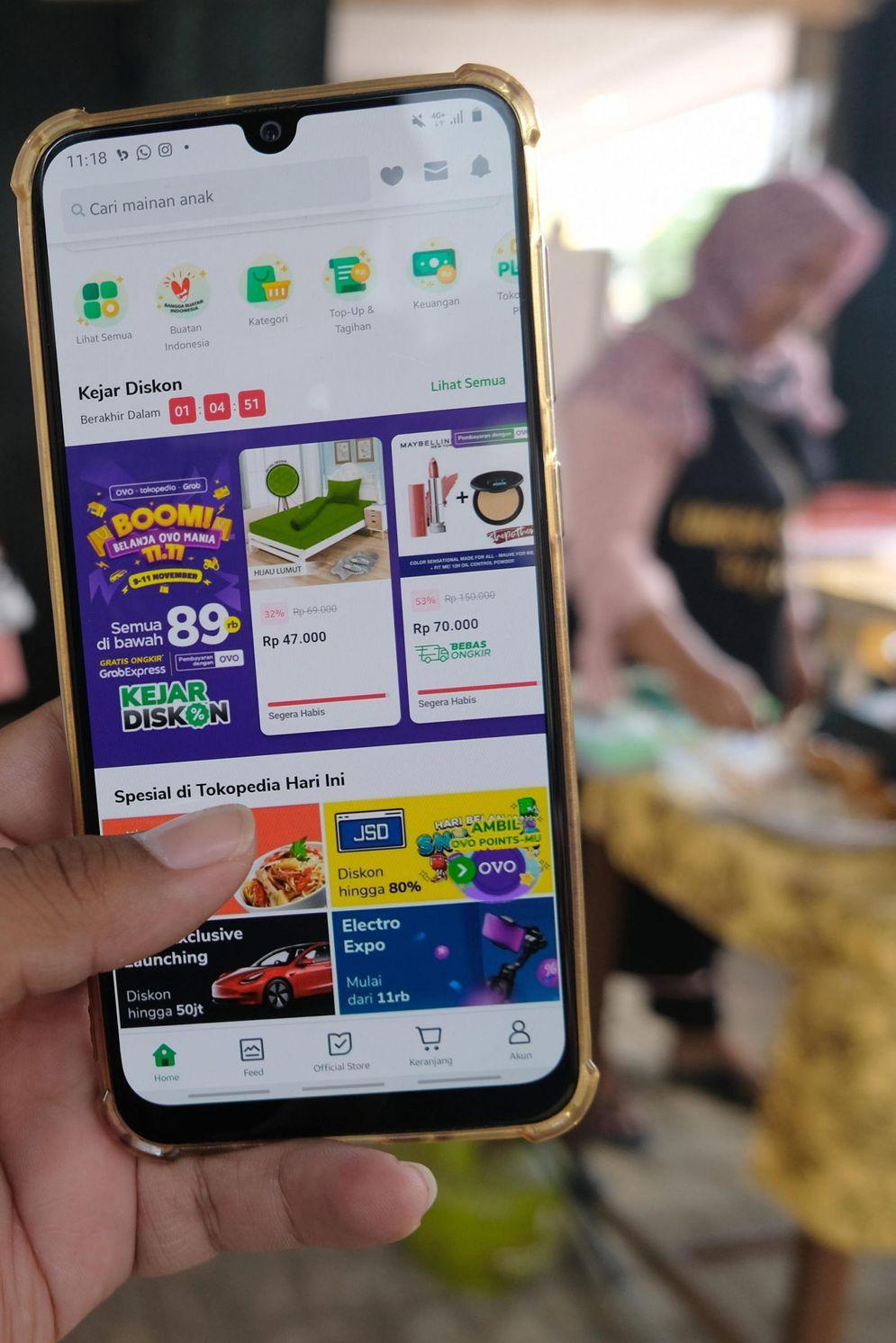 Warga mengakses salah satu platform e-commerce untuk berbelanja secara daring melalui gawai dalam rangka Hari Belanja Online Nasional atau 'Harbolnas 11.11' di Tangerang, Banten, Rabu, 11 November 2020. Foto: Ismail Pohan/TrenAsia\n