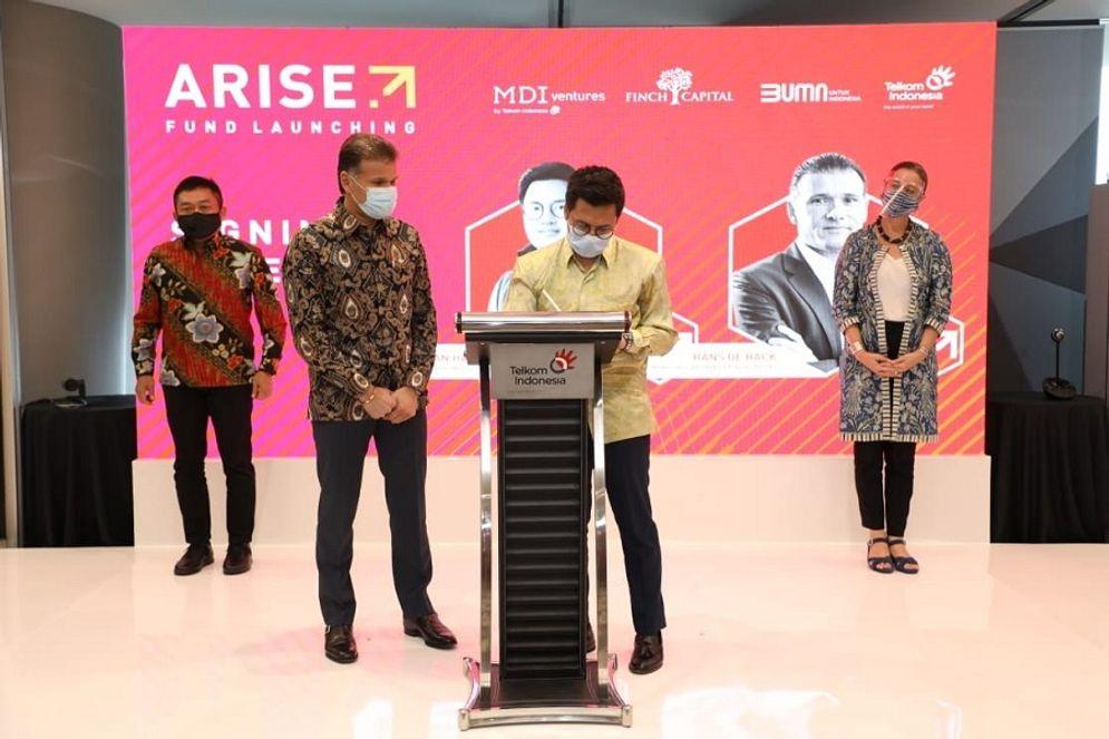 General Partner Arise dari MDI Ventures Aldi Adrian Hartanto (kedua dari kanan) saat melakukan signing ceremony peluncuran Arise Fund disaksikan perwakilan dari Finch Capital Hans De Back (kedua dari kiri), Wakil Duta Besar Belanda untuk Indonesia Ardi Stoios-Braken (paling kanan) dan Direktur Utama Telkom Ririek Adriansyah (paling kiri) di Jakarta, Kamis 26 November 2020. Arise Fund adalah sebuah badan investasi dengan fokus pendanaan tahap awal bagi startup teknologi Indonesia / Dok. Telkom\n