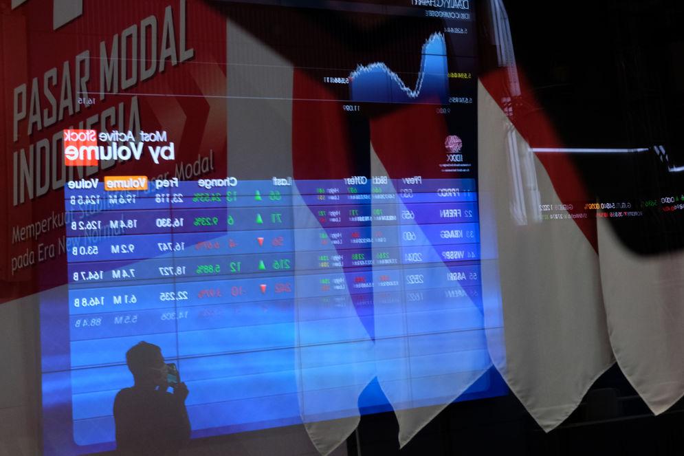 Pewarta mengamati layar pergerakan Indeks Harga Saham Gabungan (IHSG) di Gedung Bursa Efek Indonesia (BEI) Jakarta, Jum'at, 20 November 2020. Foto: Ismail Pohan/TrenAsia\n