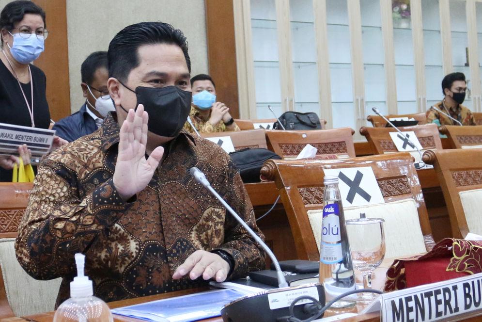 Menteri Badan Usaha Milik Negara (BUMN) Erick Thohir saat akan mengikuti rapat kerja dengan Komisi XI DPR di Kompleks Parlemen, Senayan, Jakarta, Senin, 30 November 2020. Foto: Ismail Pohan/TrenAsia\n