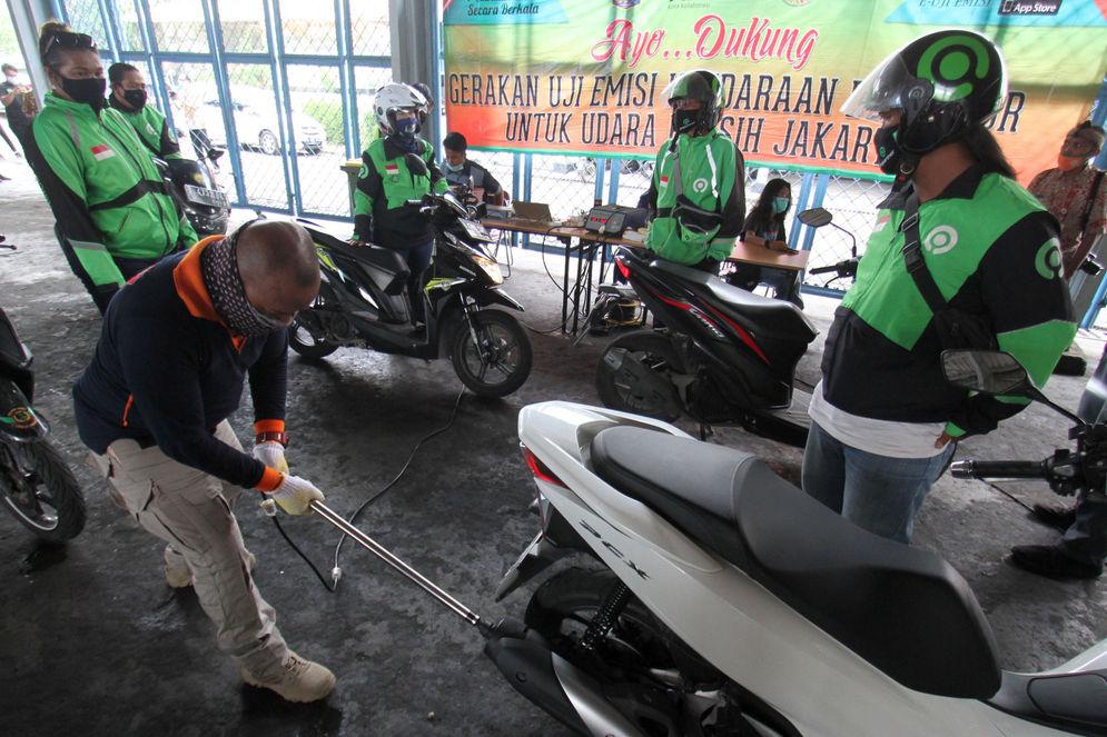 Petugas melakukan uji emisi pada kendaraan mitra GoRide, di halaman kantor Dinas Lingkungan Hidup Provinsi DKI Jakarta, Kamis, 19 November 2020. Foto: Panji Asmoro/TrenAsia\n