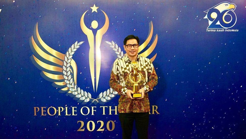 Presiden Direktur Alfamart, Anggara Hans Prawira,meraih penghargaan Best CEO of the Year 2020 dalam acara People of the Year 2020. Dok: Alfamart. \n