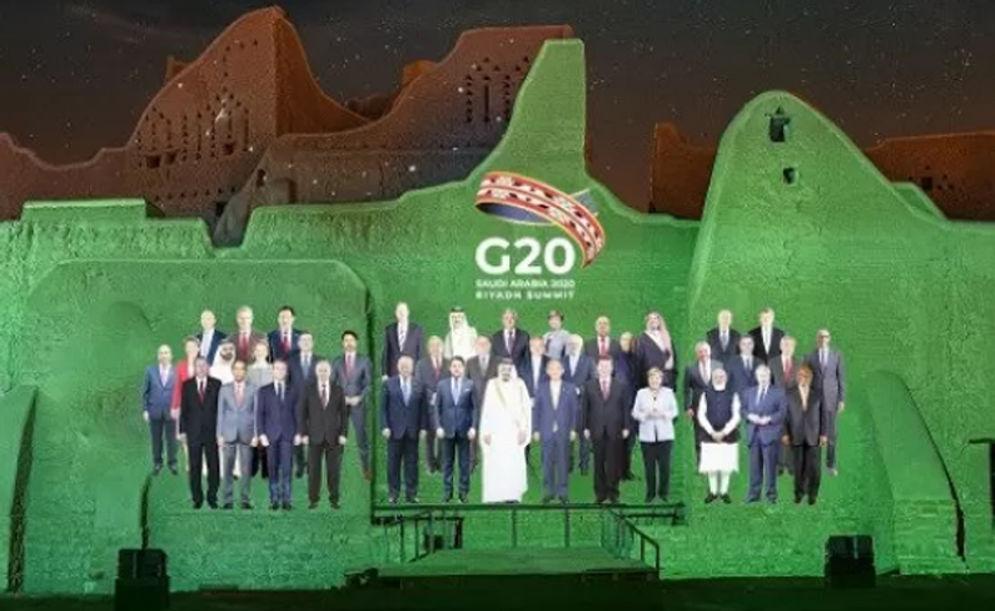 Foto yang berisi hasil proyeksi gambar diri para pemimpin negara-negara anggota G20 di tembok bangunan bersejarah di Distrik At-Turaif, Ad-Driyah/ G20 Riyadh Summit\n