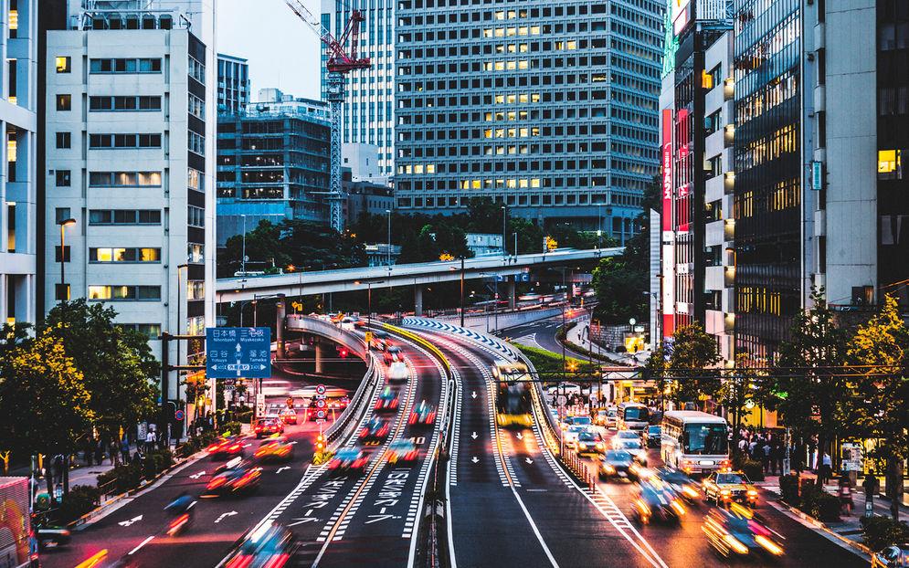 Night traffic in the city – Akasaka, Tokyo, Jepang. Dok: Savvy Tokyo.\n