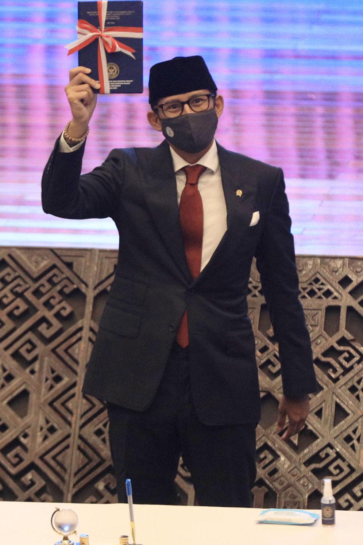 Menteri Pariwisata dan Ekonomi Kreatif (Menparekraf) Sandiaga Salahuddin Uno usai serah terima jabatan di kantor Kementerian Pariwisata dan Ekonomi Kreatif, di Jalan Medan Merdeka, Jakarta, Rabu, 23 Desember 2020. Foto: Ismail Pohan/TrenAsia\n