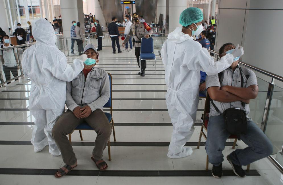 Calon penumpang pesawat menjalani tes cepat antigen di area Terminal 2 Bandara Soekarno Hatta, Tangerang, Banten, Selasa, 22 Desember 2020. Foto: Panji Asmoro/TrenAsia\n