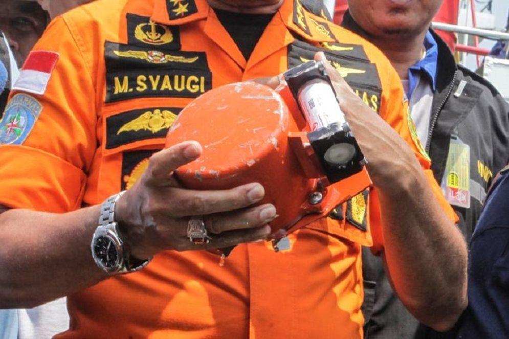 Black box alias kotak hitam yang berwarna oranye ini menyimpan rekaman percakapan di dalam pesawat sebelum kecelakaan Sriwijaya Air SJ-182 / Reuters\n