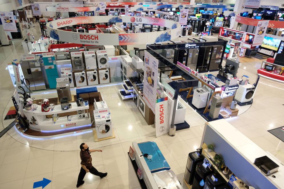 Calon pembeli melintas di antara produk elektronik yang di pajang di Gerai Electronic City, kawasan SCBD, Jakarta, Selasa, 5 Januari 2021. Foto: Ismail Pohan/TrenAsia\n