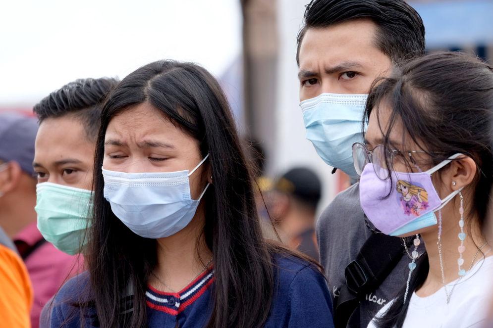 Kerabat korban jatuhnya pesawat Sriwijaya Air SJ 182 mendatangi posko evakuasi temuan di dermaga JICT 2, Tanjung Priok, Jakarta Utara, Senin, 11 Januari 2021. Foto: Ismail Pohan/TrenAsia\n