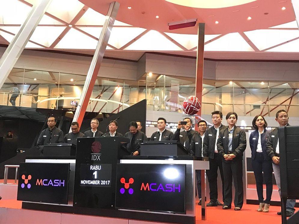 Manajemen PT M Cash Integrasi Tbk (MCAS) saat pembukaan perdagangan di PT Bursa Efek Indonesia (BEI) / Dok. BEI\n