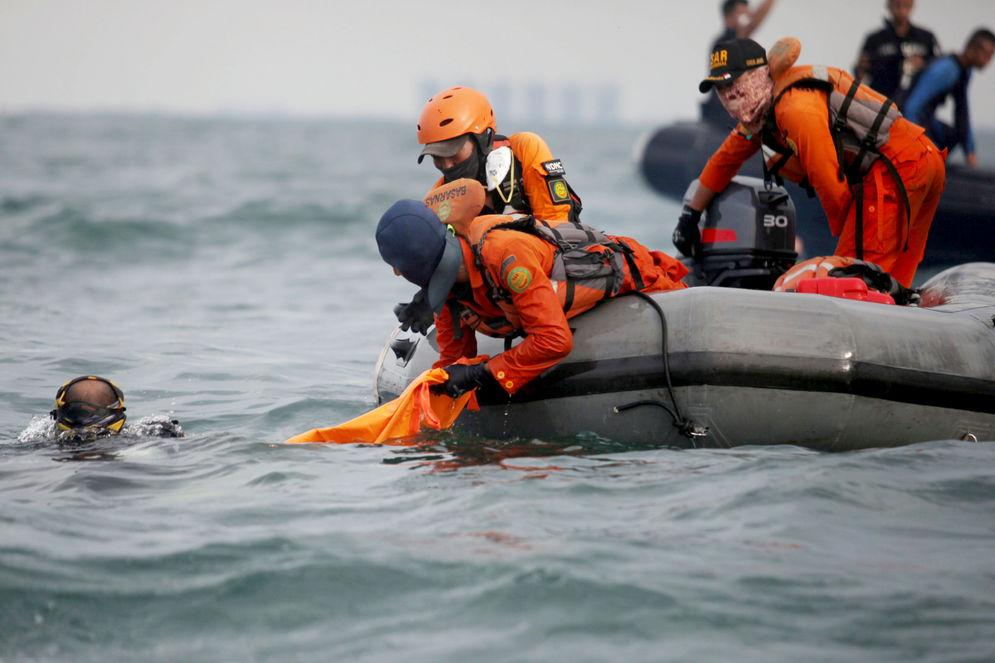 Anggota Tim SAR Gabungan menggunakan perahu karet saat melakukan pencarian korban dan puing pesawat Sriwijaya Air SJ-182 pada kawasan titik jatuh pesawat di perairan Kepulauan Seribu, Jakarta, Senin, 11 Januari 2021. Foto: Panji Asmoro/TrenAsia\n