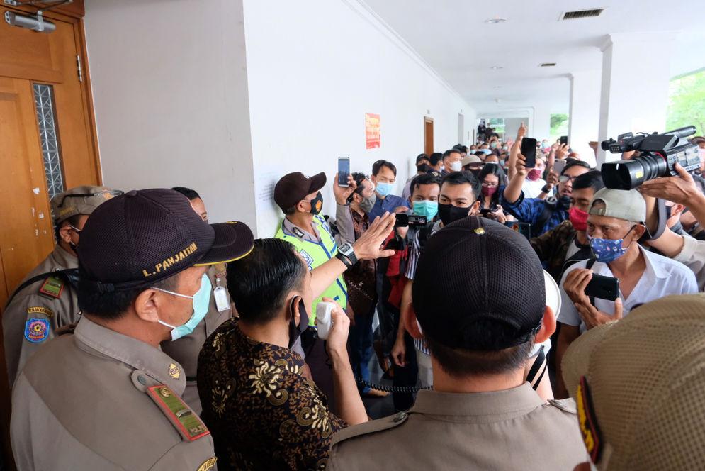 Tim kuasa hukum, Gunawan Raka menenangkan buruh yang hadir mengawal persidangan untuk menuntut hak pembukaan rekening yang dibekukan oleh kurator atas perkara pailit Penundaan Kewajiban Pembayaran Utang (PKPU) CNQC- MITRA JO. di Pengadilan Negeri (PN) Niaga Jakarta Pusat, Selasa, 19 Januari 2021. Foto: Ismail Pohan/TrenAsia\n