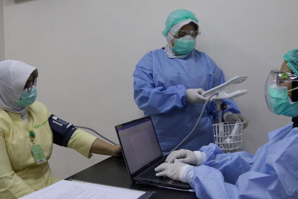 Tenaga kesehatan atau nakes calon penerima vaksin mengikuti tahapan simulasi pemberian vaksin COVID-19 di RSIA Tambak, Jakarta, Rabu, 12 Januari 2021. Foto: Ismail Pohan/TrenAsia\n