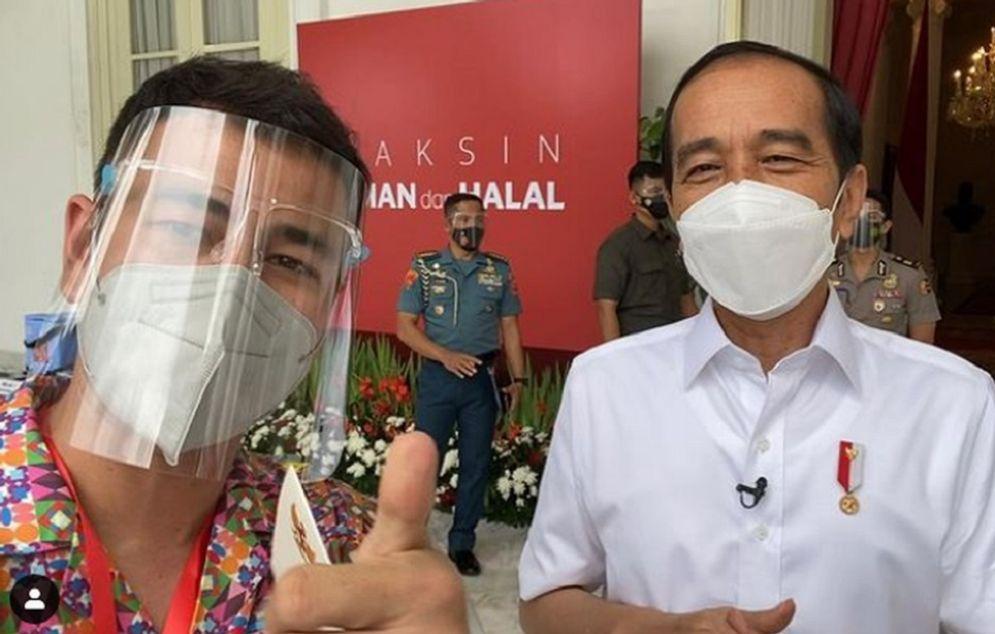 Raffi Ahmad bersama Presiden Jokowi usai menjalani vaksinasi COVID-19 di Istana Kepresidenan, Rabu, 13 Januari 2021. / Instagram @Raffinagita1717\n