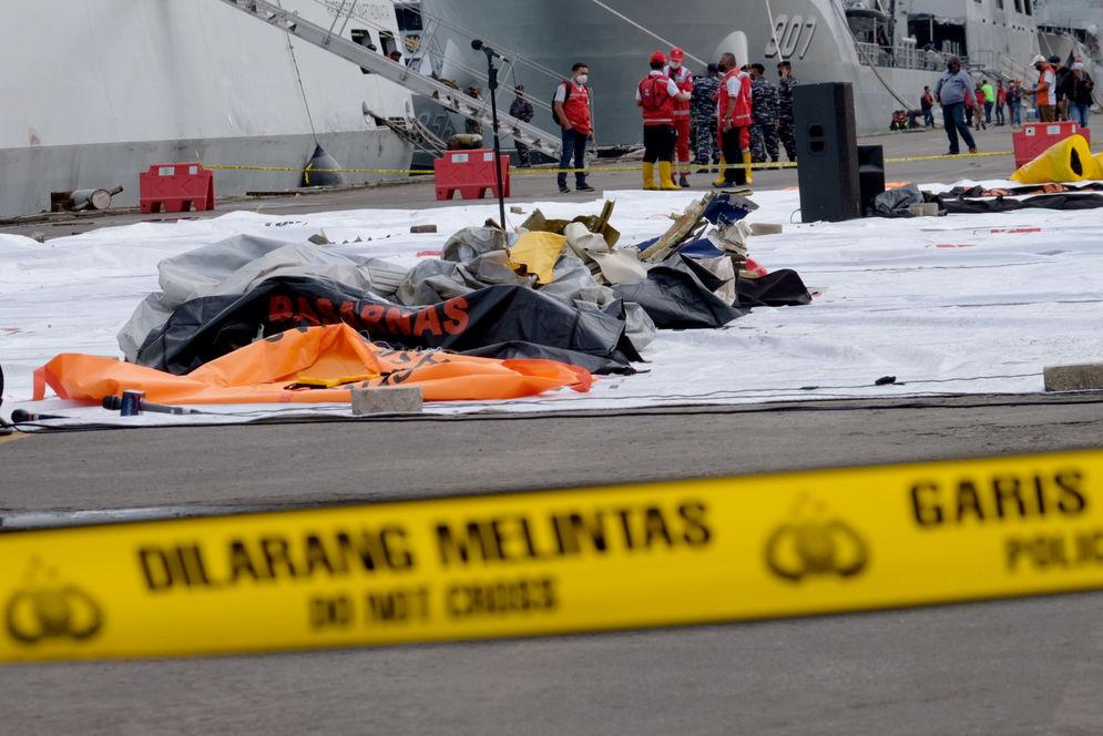 Tampak serpihan pesawat di Posko Evakuasi jatuhnya pesawat Sriwijaya Air SJ182 rute Jakarta – Pontianakdi Dermaga JICT, Tanjung Priok, Jakarta Utara, Minggu, 10 Januari 2021. Foto: Ismail Pohan/TrenAsia\n