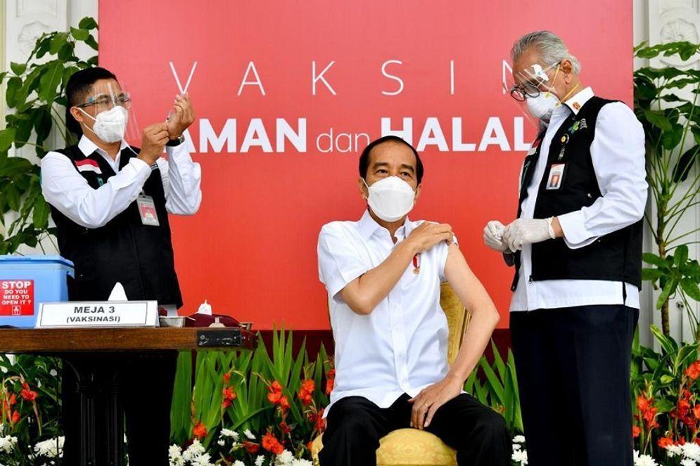 Presiden Joko Widodo menjadi individu pertama yang mendapat vaksin Sinovac / Dok. BPMI Setpres\n