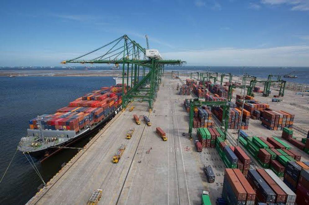 Proses bongkar muat petikemas di pelabuhan/ Sumber; Humas Kemenhub\n