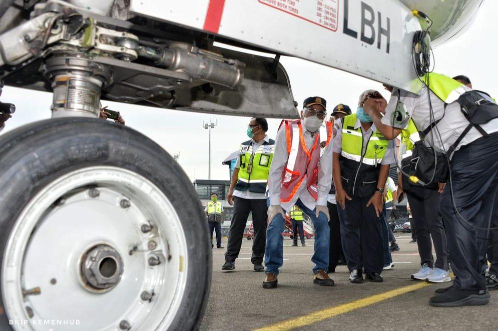 Menteri Perhubungan Budi Karya Sumadi saat melakukan inspeksi keselamatan alias ramp check pesawat di Bandara Soekarno-Hatta, Minggu 17 Januari 2021 / Dok. BKIP Kemenhub\n