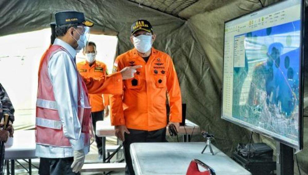 Menteri Perhubungan (Menhub) Budi Karya Sumadi bersama Panglima TNI meninjau titik yang diduga menjadi lokasi jatuhnya pesawat Sriwijaya Air SJ 182. / Departemen Perhubungan\n