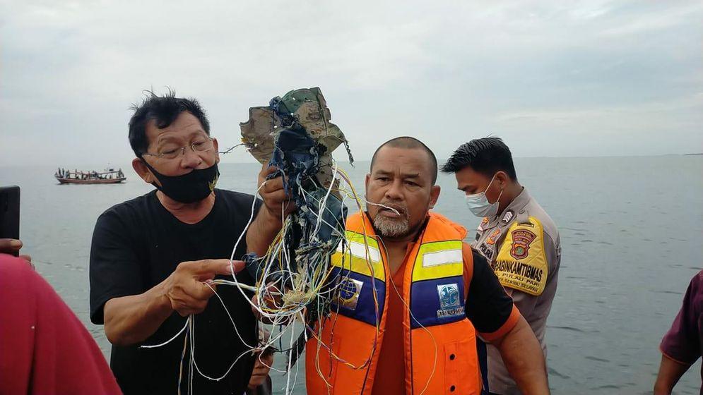 Serpihan dan kabel yang ditemukan di sekitar Pulau Laki/Foto: istimewa\n
