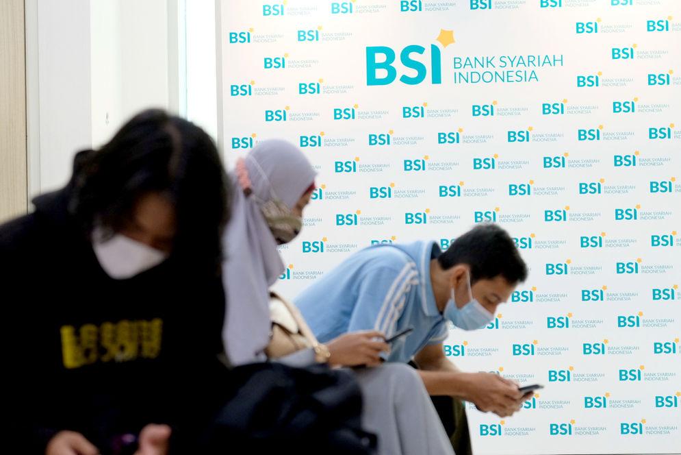 Nasabah mengantre untuk melakukan transaksi di kantor cabang Bank Syariah Indonesia (BRIS) Jakarta Hasanudin, Jakarta,Rabu, 17 Februari 2021. Foto: Ismail Pohan/TrenAsia\n