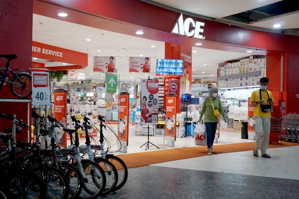 Pengunjung melintas di gerai Ace Hardware dan Ace Express di kawasan Kota Tangerang Banten. Foto: Panji Asmoro/TrenAsia\n