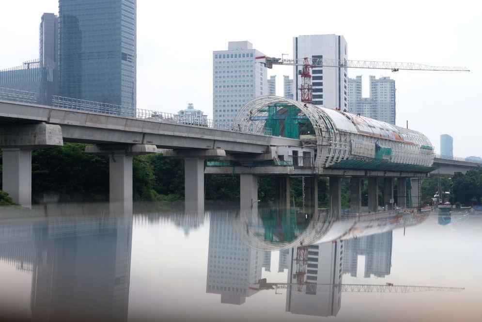 Suasana proyek pembangunan stasiun kereta Light Rapid Transit (LRT) Jabodebek di Dukuh Atas, Jakarta, Rabu, 17 Februari 2021. Foto: Ismail Pohan/TrenAsia\n