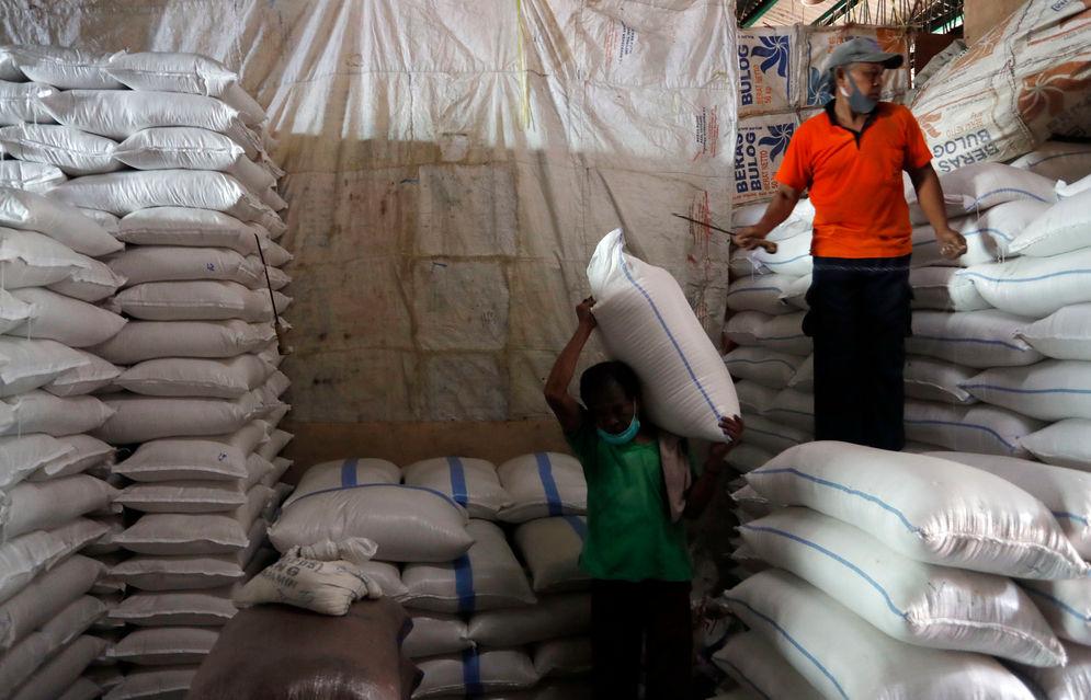 Sejumlah pekerja tengah melakukan aktifitas bongkar muat beras di Pasar Induk Cipinang, Jakarta Timur, Jumat 26 Maret 2021. Foto : Panji Asmoro/TrenAsia\n