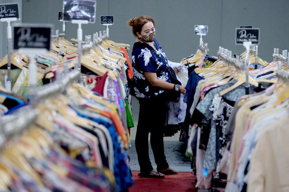 Pengunjung memilih pakaian yang dijual murah di gerai pusat perbelanjaan kawasan Blok M, Kamis, 25 Maret 2021. Foto: Ismail Pohan/TrenAsia\n