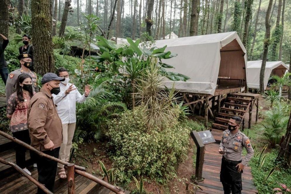 Menparekraf Sandiaga Uno dan Wamenparekraf Angela Tanoesoedibjo ketika berkunjung ke Deloano Glamping di Kabupaten Purworejo, salah satu destinasi super prioritas Borobudur. / Dok. Kemenparekraf\n